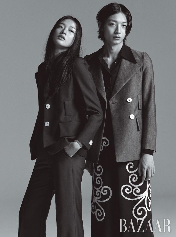 아라가 입은 재킷, 톱, 팬츠, 재석이 입은 재킷, 셔츠, 스커트는 모두 Prada.