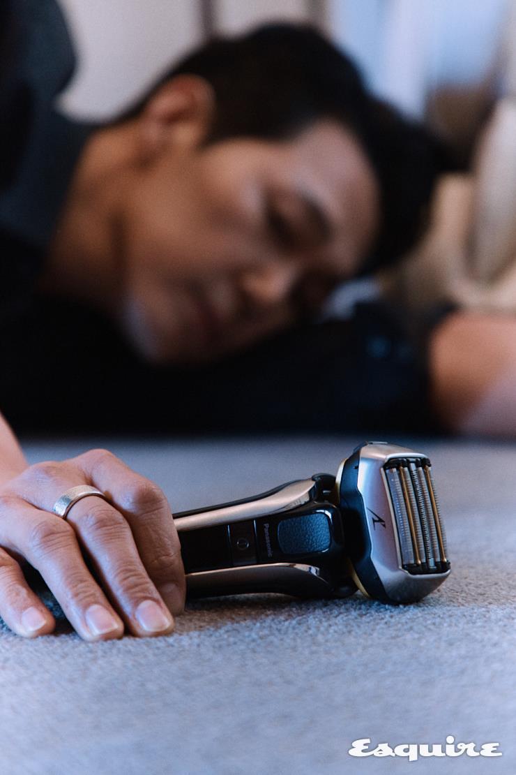 파나소닉 전기면도기 람대쉬 ES-LV9E는 턱 밑의 잔 수염은 물론 뿌리 까지 제거하는 5중날 절삭 시스템이 강점. 스마트 수염 밀도 센서가 수염의 밀도를 파악해 자동으로 파워를 조정하고, 최적의 파워로 피부 자극을 최소화해 부드럽고 깔끔한 면도를 할 수 있도록 돕는다.