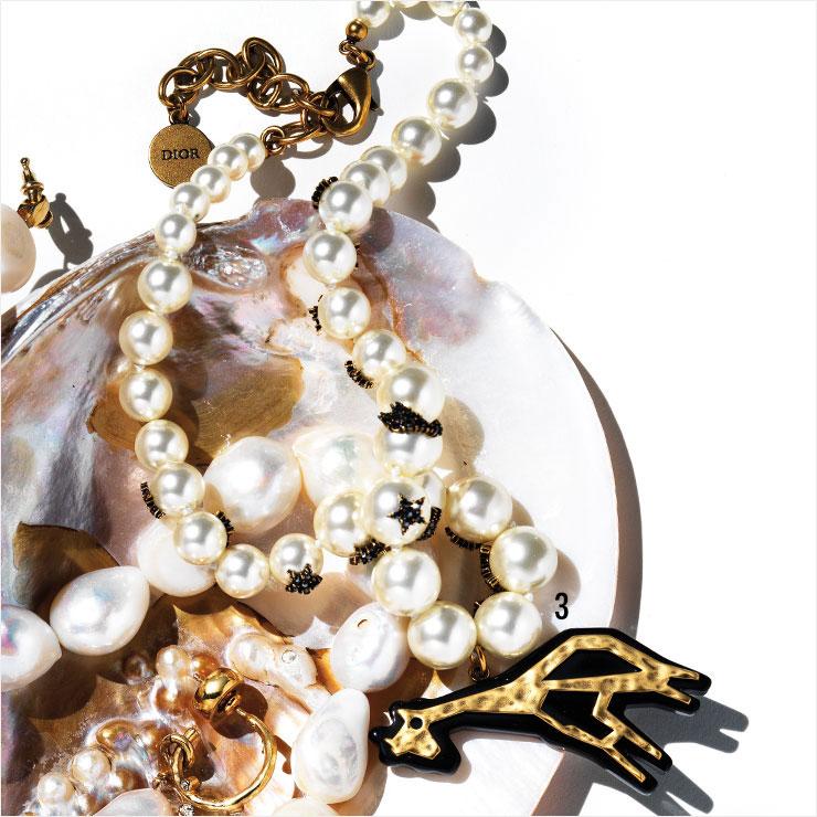 기린 모양의 펜던트를 더한 네크리스는 가격 미정, Dior.