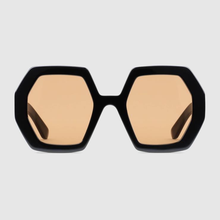 새까만 팔각형 프레임과 옐로 렌즈의 대비가 인상적인 오버사이즈 선글라스는 63만5천원, Gucci.
