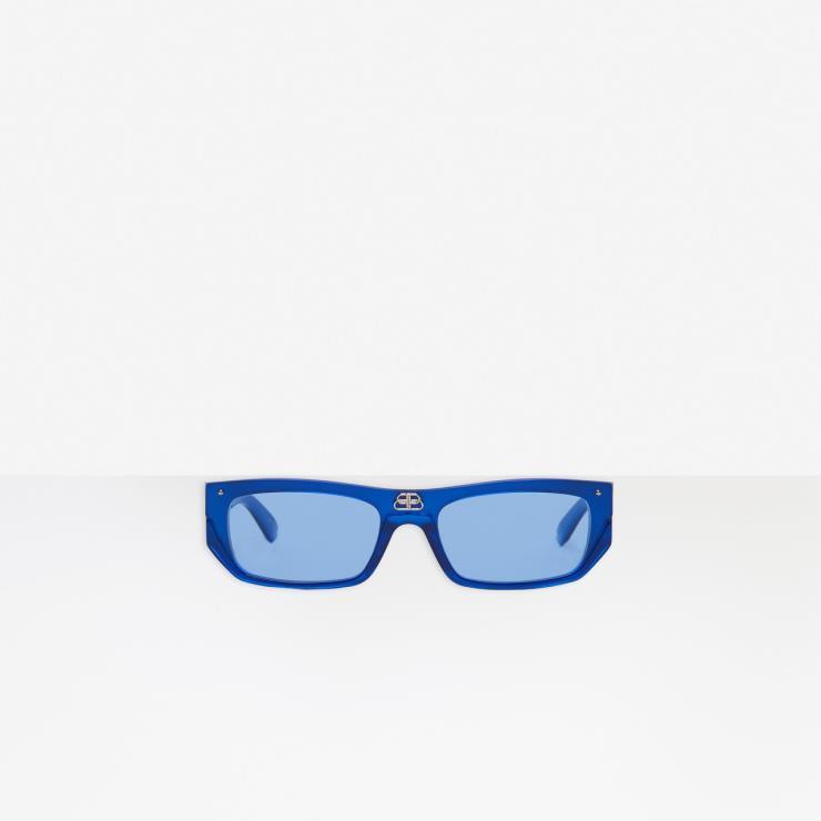 프레임 중앙에 BB로고 장식을 더한 블루 컬러 선글라스는 45만5천원, Balenciaga.