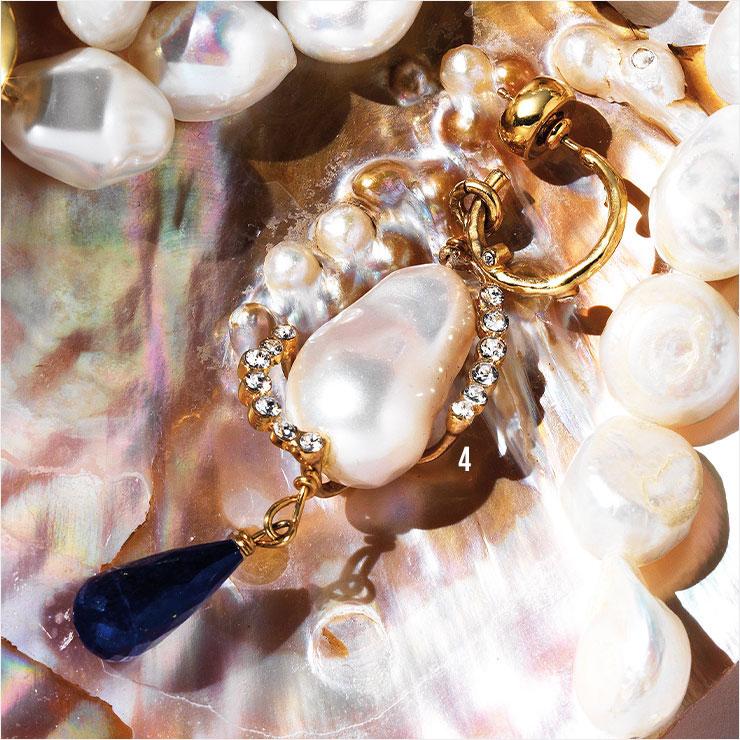 블루 스톤과 진주가 조화로운 드롭 이어링은 가격 미정, Givenchy.