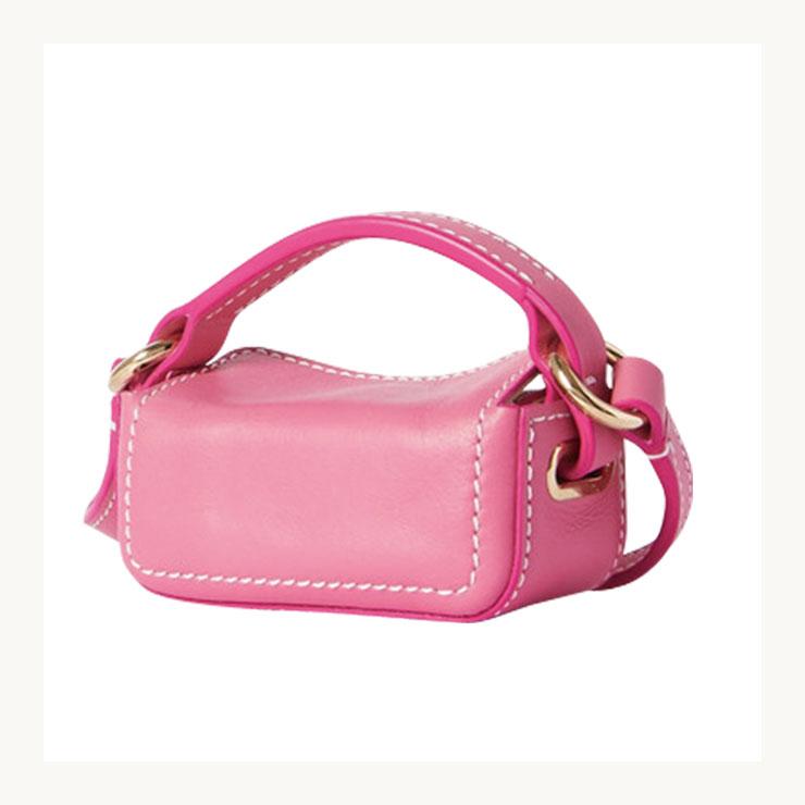 스티치 라인이 돋보이는 핑크 토트백은 30만원대, Jacquemus by Net-A-Porter.