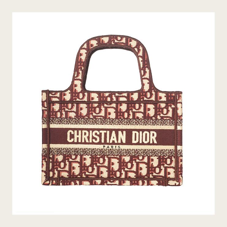 오블리크 패턴을 수놓은 미니 토트백은 가격 미정, Dior.