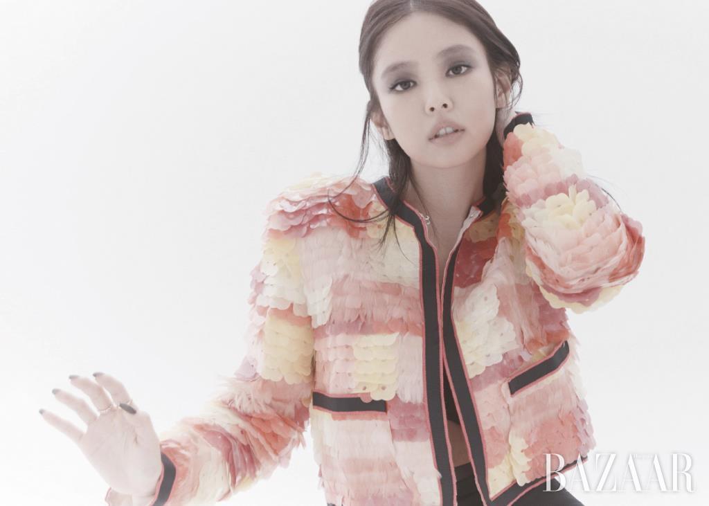 재킷, 쇼츠는 Chanel. 검지에 낀 옐로 골드 미니 링, 중지에 낀 베이지 골드 미니 링은 모두 '코코 크러쉬' 컬렉션 Chanel Fine Jewelry.