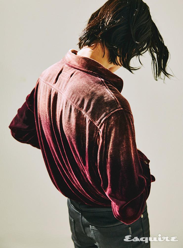 벨벳 셔츠, 블랙 데님 팬츠 모두 가격 미정 생 로랑 by 안토니 바카렐로.