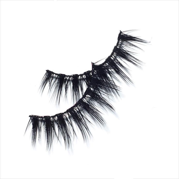'X' 자 형태로 겹쳐져 더욱 드라마틱한 포 밍크 래쉬, 14 노엘, 4만원, Huda Beauty by Sephora.