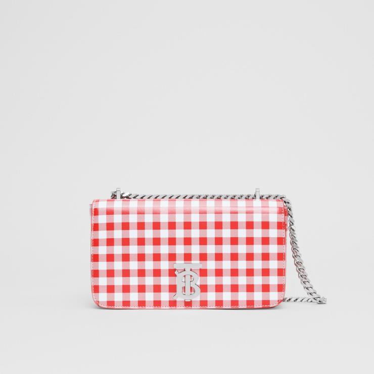 심플한 스퀘어 셰이프에 레드 컬러의 깅엄 패턴을 입힌 체인 백은 2백39만원, Burberry.