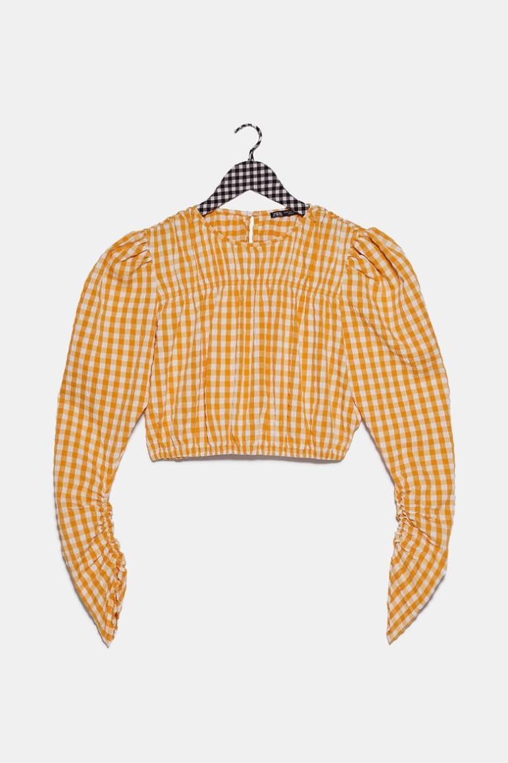 어깨와 소매, 몸통 부분에 주름을 잡아 입었을 때 구조적인 실루엣이 완성되는 블라우스는 4만5천원, Zara.