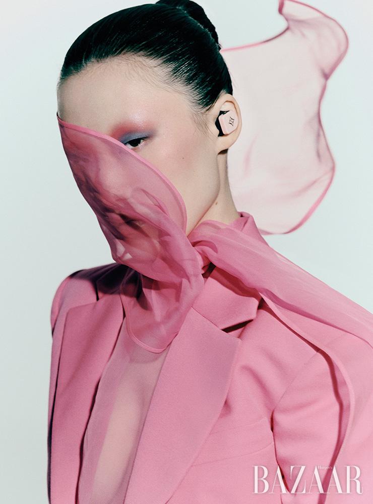 재킷, 보타이 블라우스는 모두 가격 미정 Valentino. 호라이즌 이어폰은 가격 미정 Louis Vuitton.