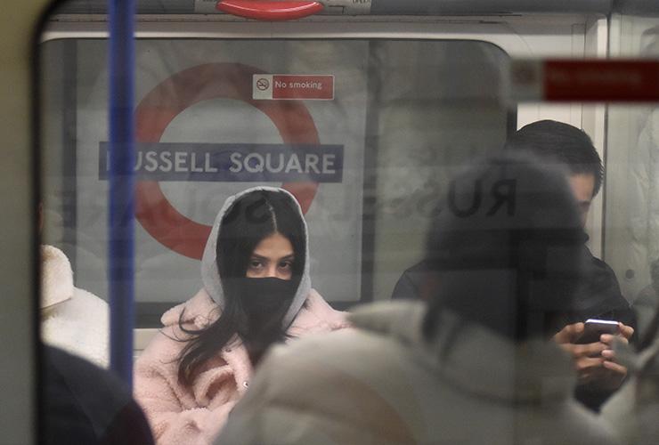 3월 2일 런던 지하철 피커딜리 라인에 탄 여성 승객의 모습. 이때쯤부터 영국을 비롯한 유럽국가의 코로나 19 확진자가 눈에 띄게 늘기 시작했다.