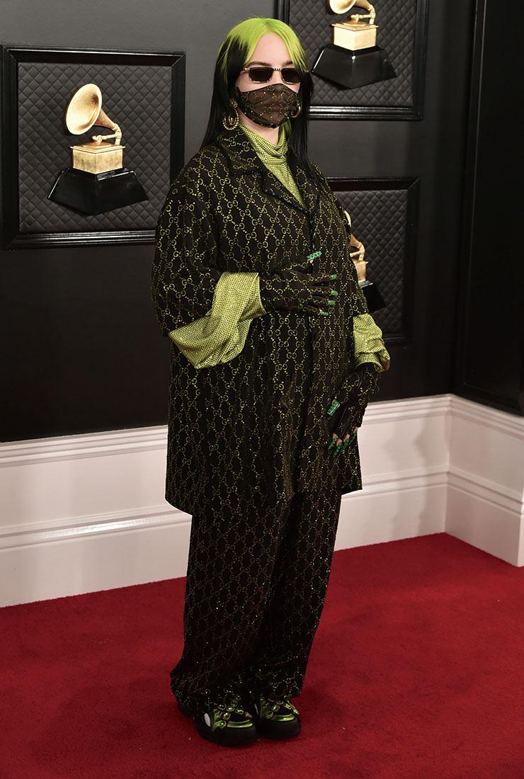 네온 컬러의 비즈 톱에 구찌 로고 셋업을 매치해 화려한 레드 카펫 룩을 완성한 빌리 아일리시. 이날 그녀는 총 4개 부문에서 수상하며 제62회 그래미 어워즈 주인공으로 자리매김했다.