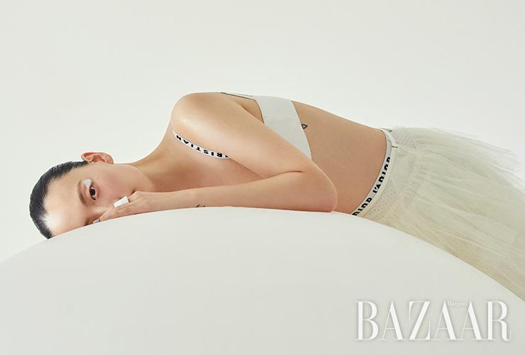 브라 톱, 이너로 입은 쇼츠는 모두 Dior. 스커트는 4 Moncler Simone Rocha. 반지는 1백6만원 Bottega Veneta.