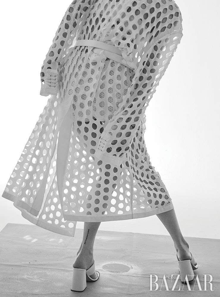 펀칭 디테일 코트, 벨트, 샌들은 모두 Maison Margiela. 브라 톱, 쇼츠는 에디터 소장품.