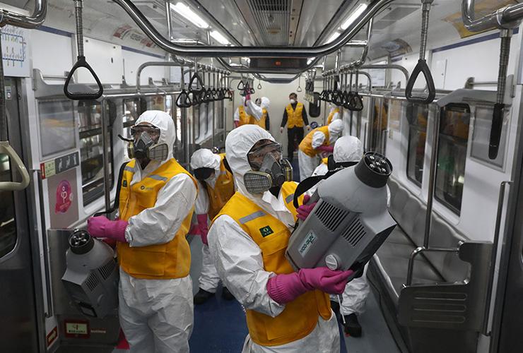 3월 11일 한국의 방역 요원들이 지하철 내부 방역 작업을 실시하고 있다.
