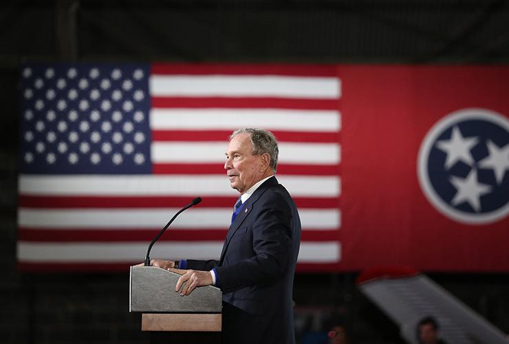 지난 2월 28일 전 뉴욕 시장 마이클 블룸버그가 테네시주 블라운트빌에서 열린 자신의 경선 캠페인에서 연단에 올랐다. 미국 국기 옆에 테네시주의 주기가 보인다.