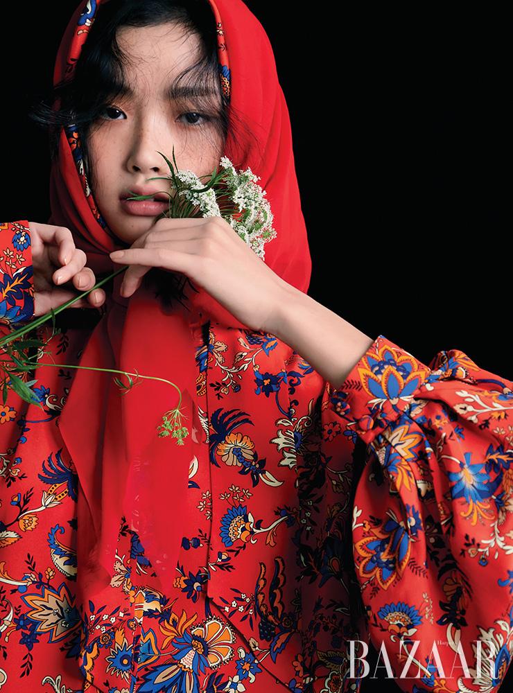 블라우스, 스카프는 모두 가격 미정 Givenchy.