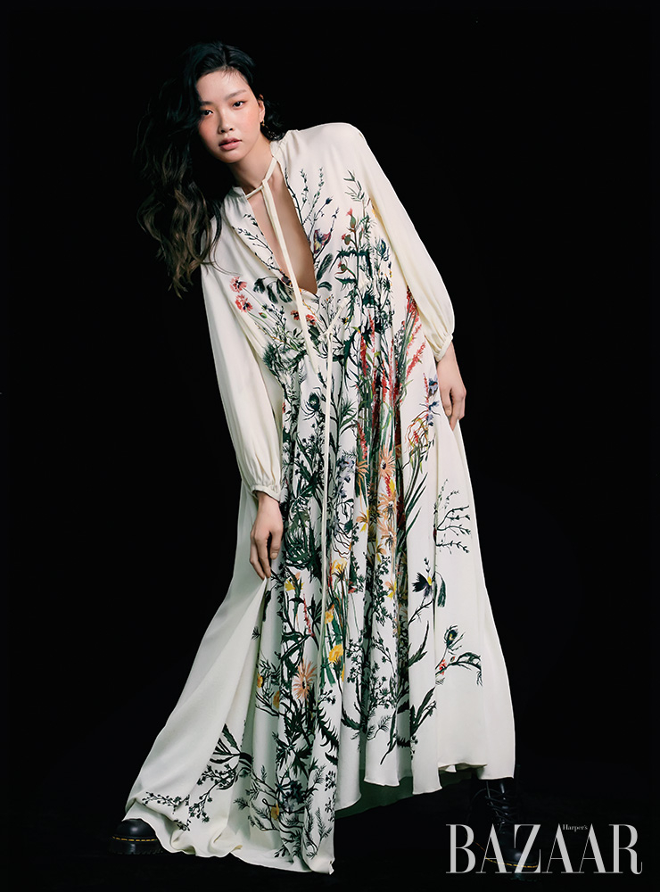 드레스는 가격 미정 Dior. 귀고리는 5만9천원 Millimeter. 워커는 22만원 Dr. Martens.