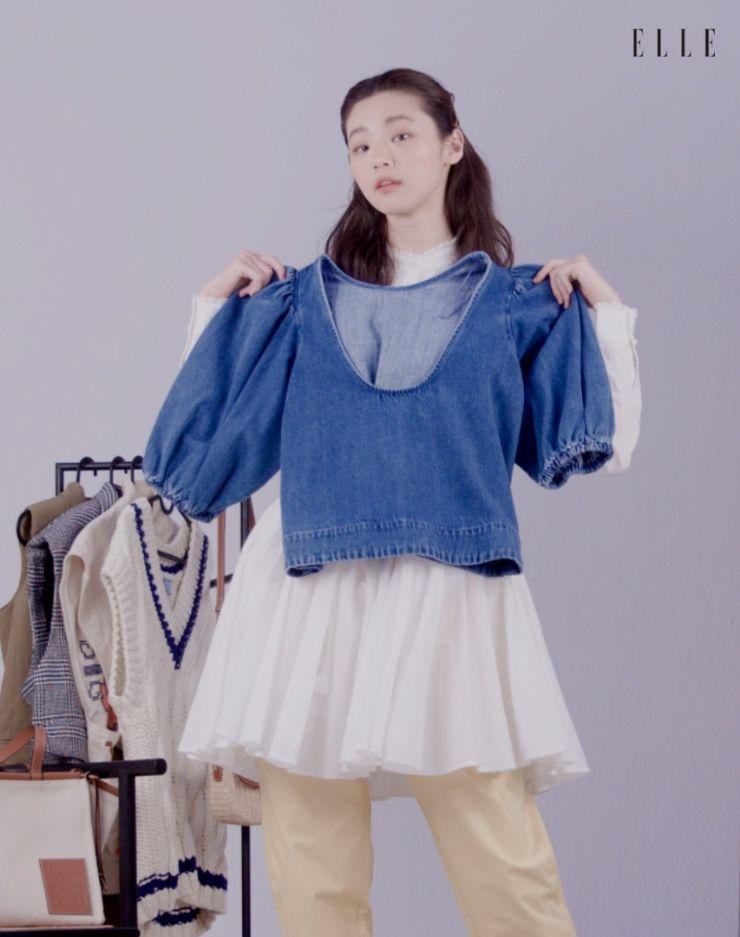 퍼프 소매가 돋보이는 데님 톱은 Zara.