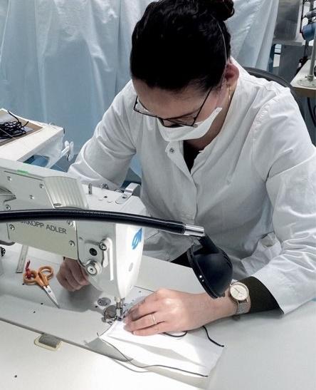 디올 아틀리에에서 마스크를 작업하고 있는 장인.