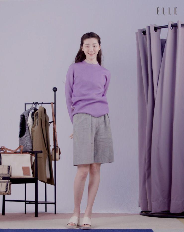 인디언 핑크 컬러 오간자 셔츠는 Leha. 라일락 & 아이보리 투톤 니트는 Cos. 체크 팬츠는 Max Mara.