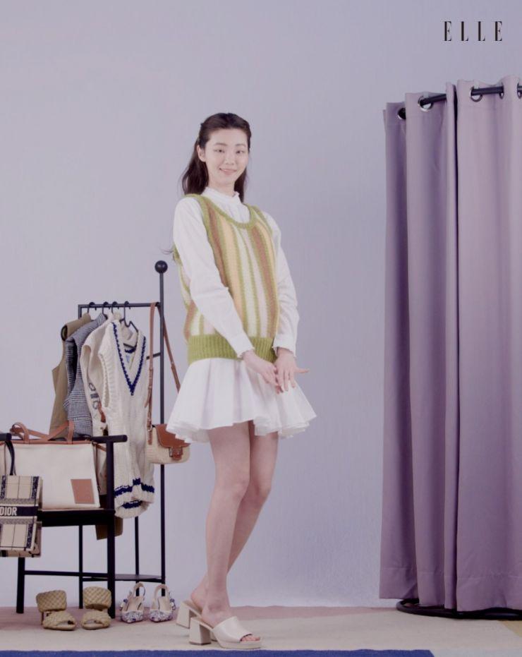 사랑스러운 색감의 버티컬 스트라이프 니트 베스트는 Miu Miu.