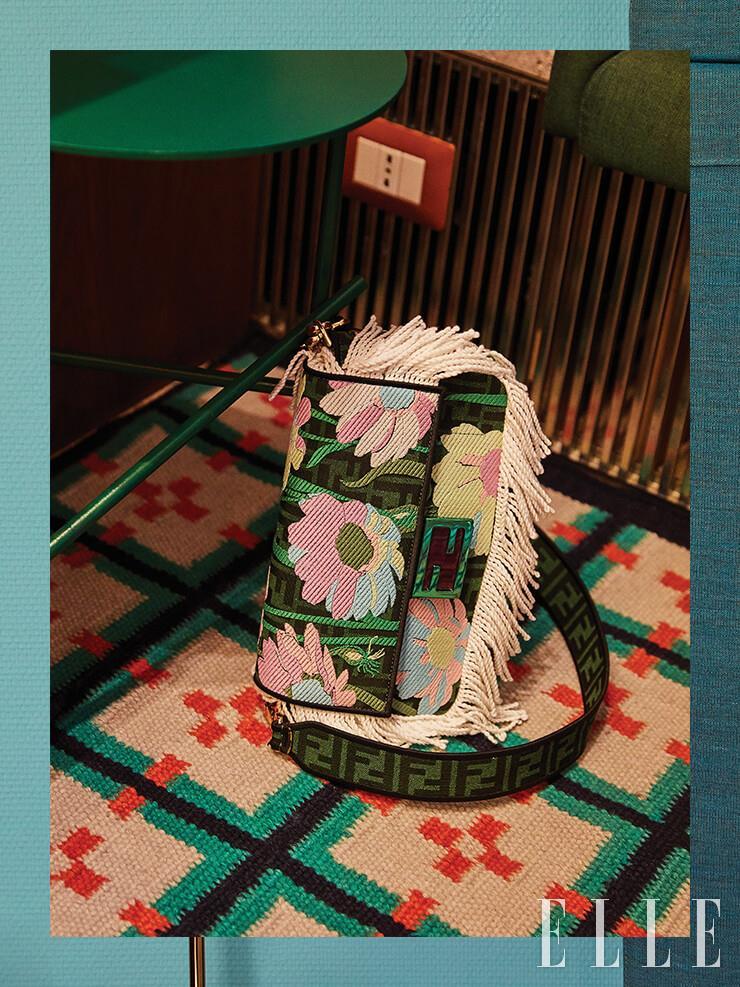 화려한 패턴과 프린지 장식으로 눈길을 사로잡는 바게트 백은 Fendi.
