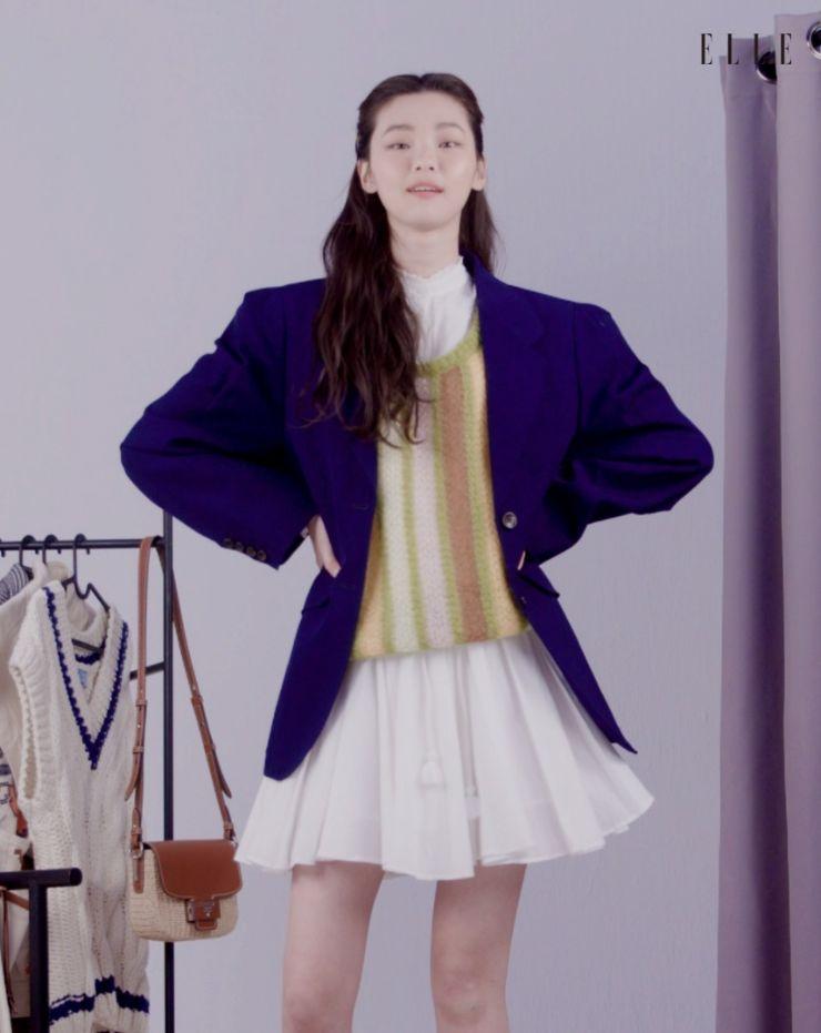 블루 재킷은 Miu Miu.