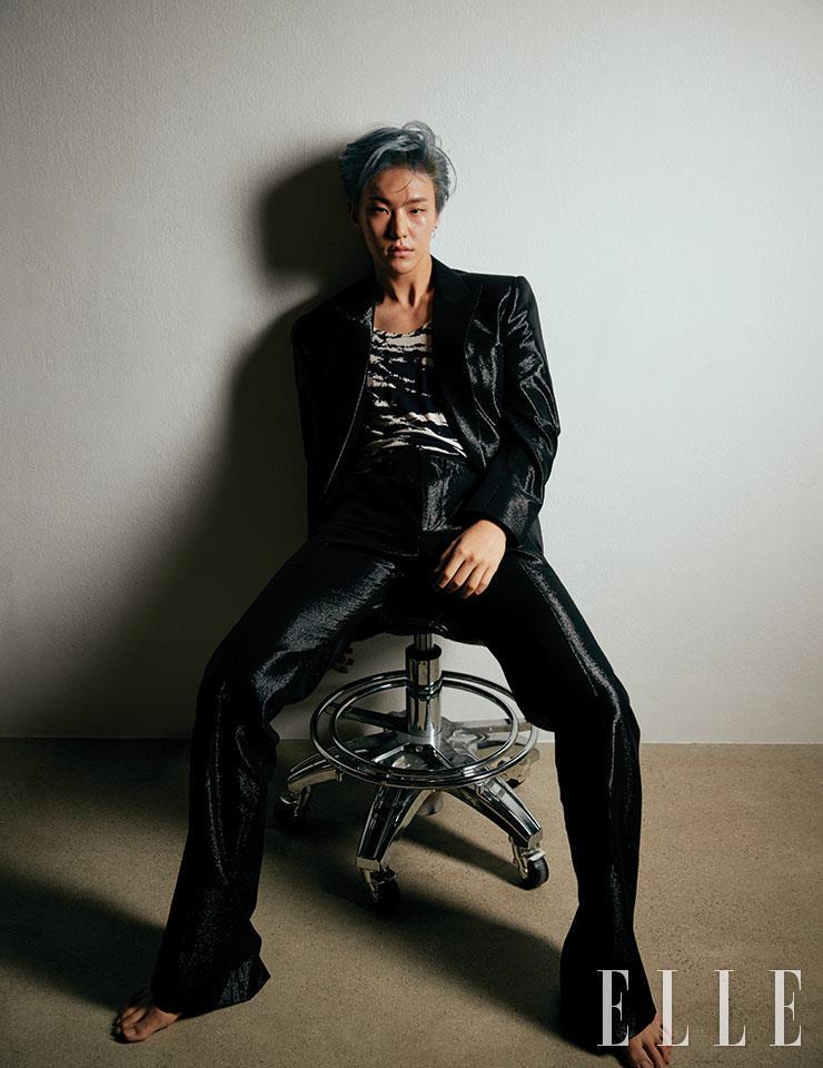 블랙 재킷과 팬츠, 지브라 패턴의 슬리브리스는 모두 Kimseoryong.