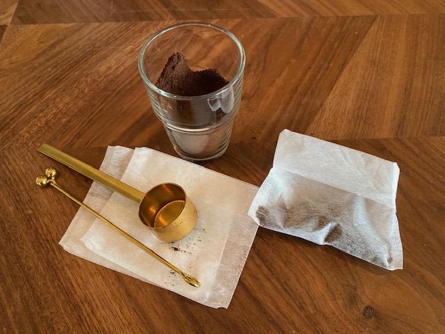 다시 팩에 커피 가루를 넣고 밀봉
