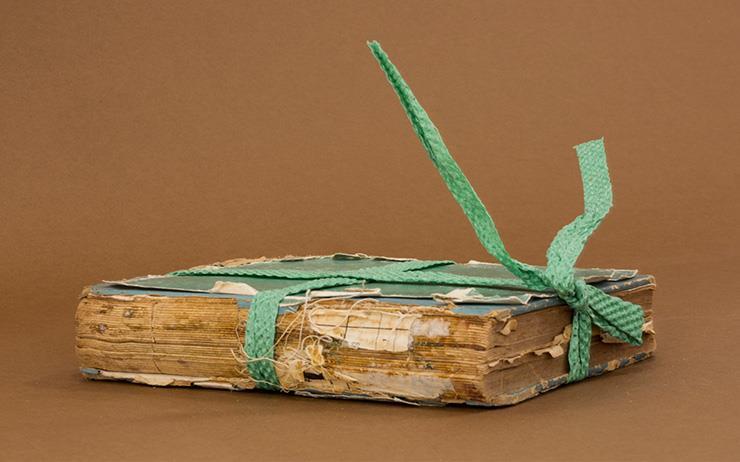 어느 책 수선가의 이례적이고도 성실한 기록. 오래되고 망가진 책들의 대체할 수 없는 미감.