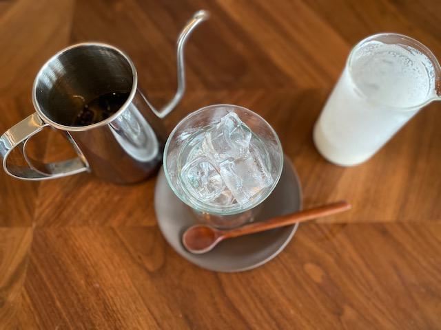얼음잔에 콜드 브루 커피를 넣고 그 위에 생크림을 올린다