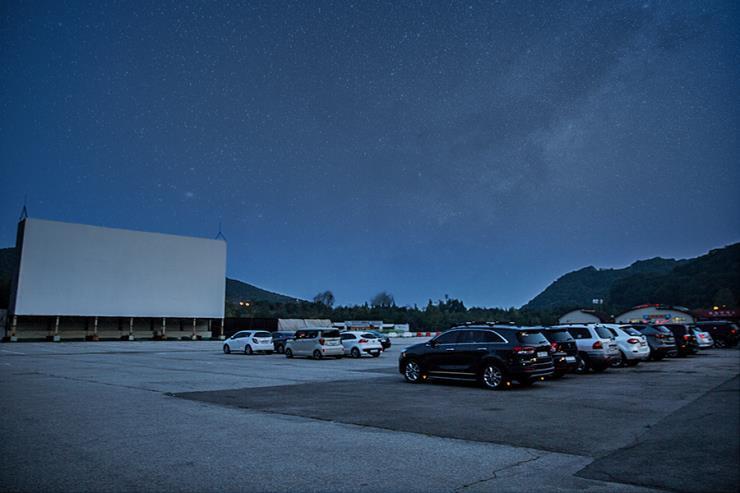 자동차극장의 장점은 1년 365일, 눈이 오나 비가 오나 영화를 상영한다는 것이다.