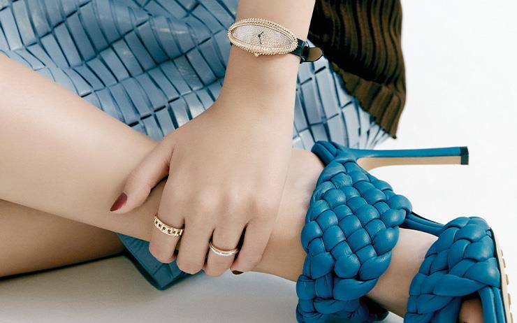 여성스러운 디자인의 시계와 매혹적인 여름 슈즈가 어우러지는 순간.