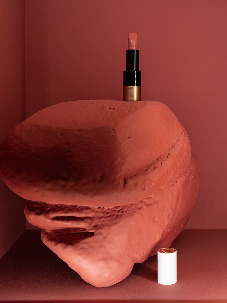 립스틱이 하나의 오브제로 기능한다는 걸 명확히 보여주는 루즈 에르메스 디스플레이.