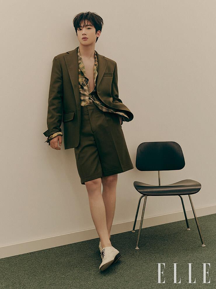 카키 색상의 재킷과 쇼츠는 Marni by Boontheshop. 이너 웨어로 연출한 보태니컬 프린트의 재킷은 Fendi.