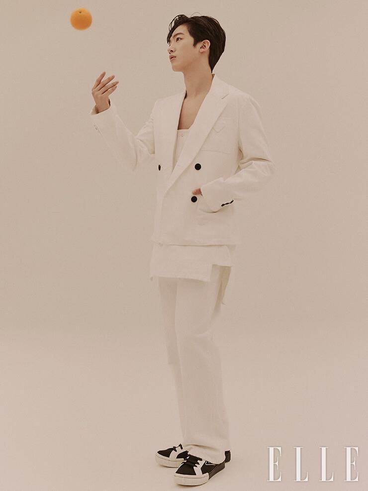 화이트 데님 재킷과 슬리브리스 셔츠, 팬츠, 하이톱 스니커즈는 모두 Prada.
