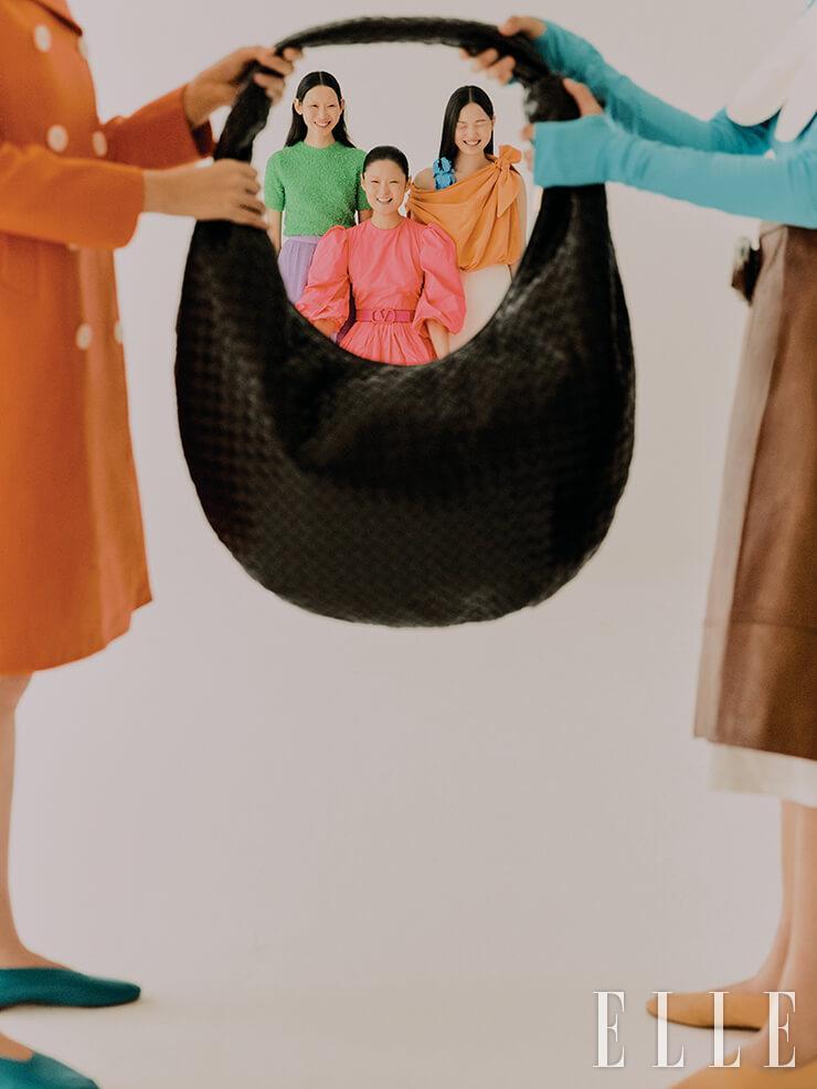 빅 사이즈의 호보 백은 7백85만원, Bottega Veneta. 오렌지 코트는 가격 미정, Prada. 블루 톱과 레더 스커트는 가격 미정, 모두 Kijun. 플랫 슈즈는 각 16만9천원, 모두 Archive´pke. 주원이 입은 그린 스웨터는 1백40만원, 스커트는 2백45만원, 모두 Gucci. 다영이 입은 네온 핑크 드레스는 가격 미정, Valentino. 주향이 입은 오렌지 드레스는 가격 미정, Louis Vuitton.