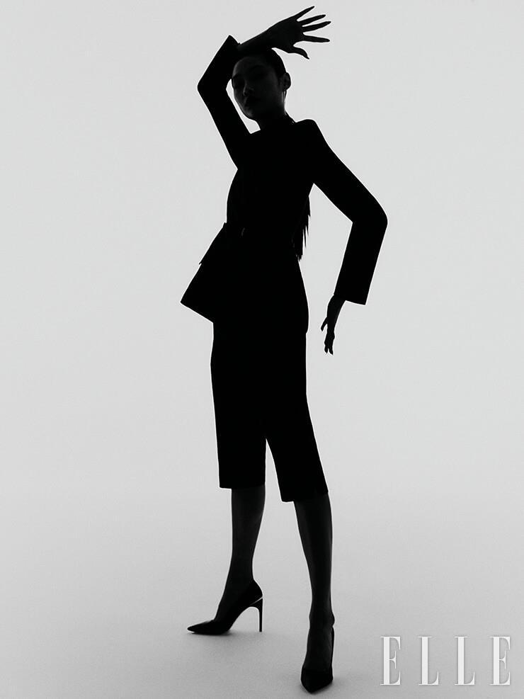 더블 브레스티드 재킷과 버뮤다 팬츠, 펌프스 힐은 가격 미정, 모두 Givenchy.
