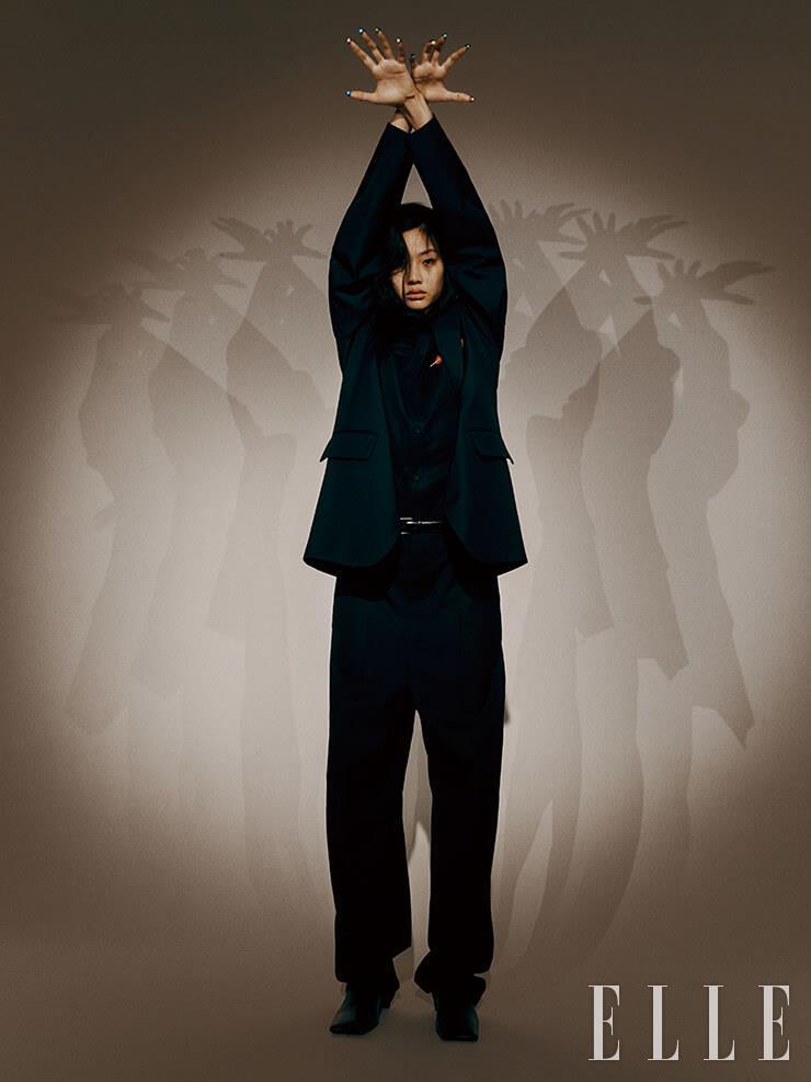 대디 재킷과 블랙 셔츠, 와이드 팬츠, 레더 벨트, 스퀘어 토 부츠는 가격 미정, 모두 Balenciaga.