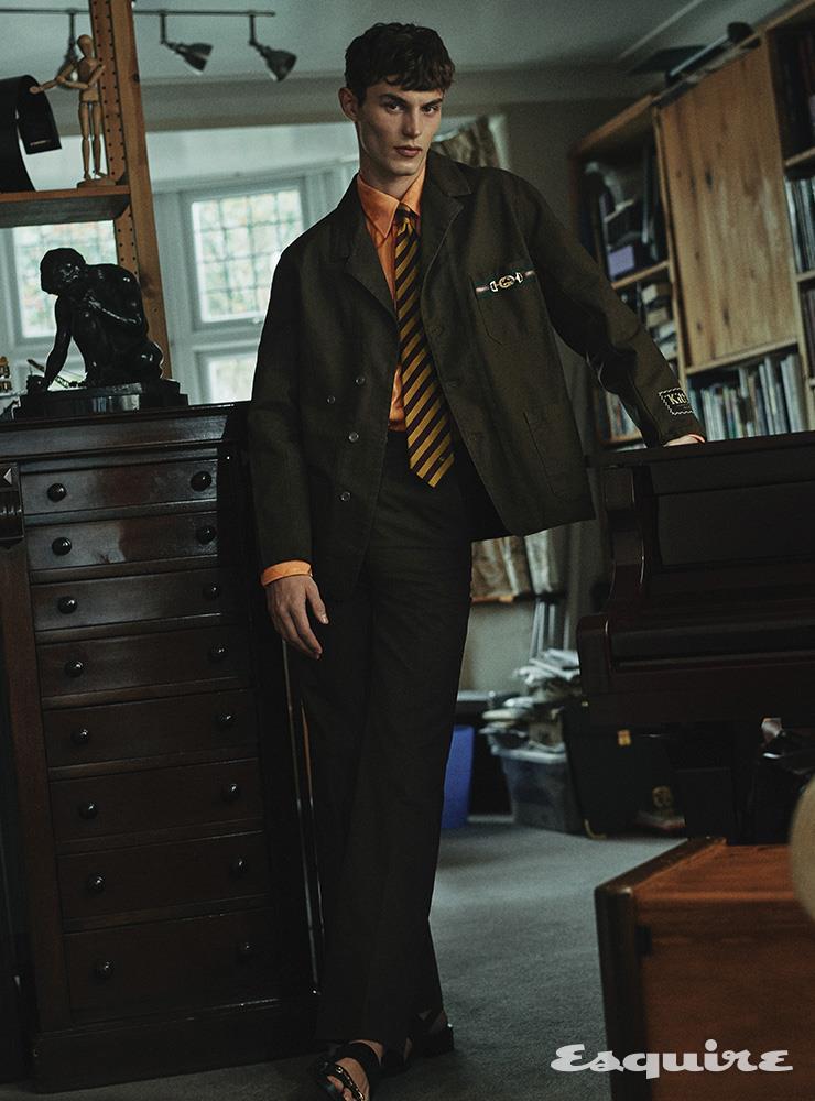 라벨과 에나멜 인터로킹 G 호스빗 디테일의 재킷 243만원, 비스코스 자카르 셔츠 124만원, 코튼 팬츠 가격 미정, 호스빗 디테일의 샌들 124만원, 실크 타이 30만원 모두 구찌.