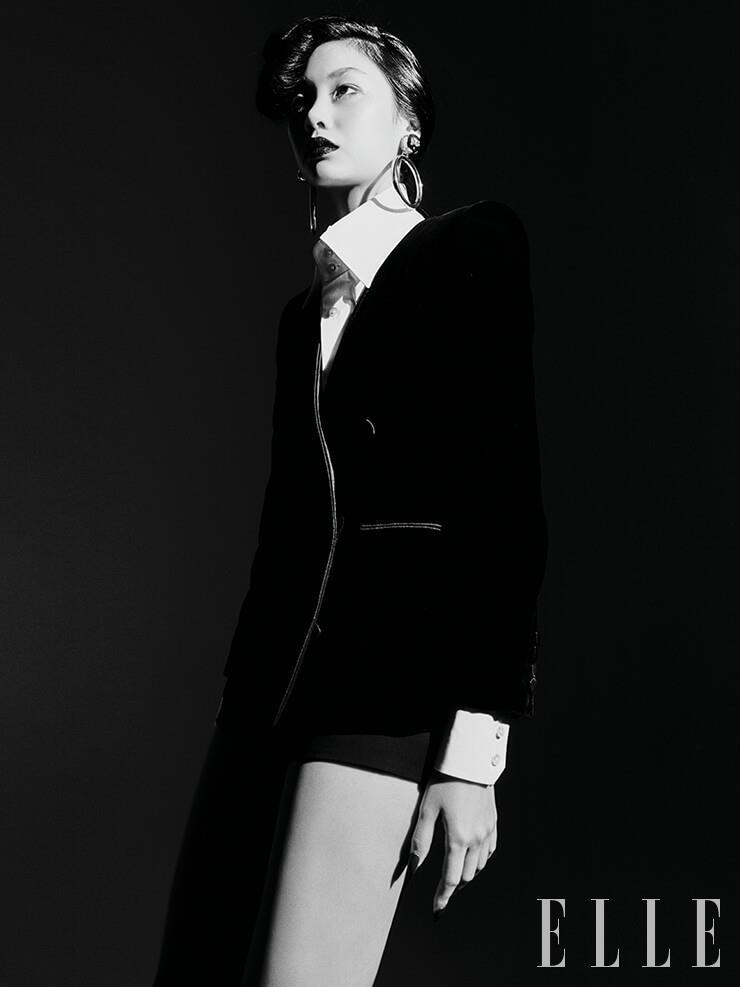 벨벳 소재의 재킷과 화이트 셔츠, 마이크로 쇼츠는 가격 미정, 모두 Saint Laurent by Anthony Vaccarello. 볼드한 후프 이어링은 가격 미정, Dolce & Gabbana.
