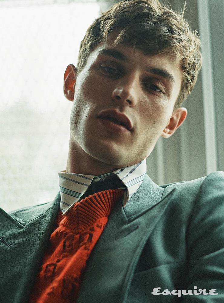 더블브레스트 재킷 360만원, 스트라이프 셔츠 가격 미정, 브이넥 스웨터 99만원, 실크 타이 30만원 모두 구찌.