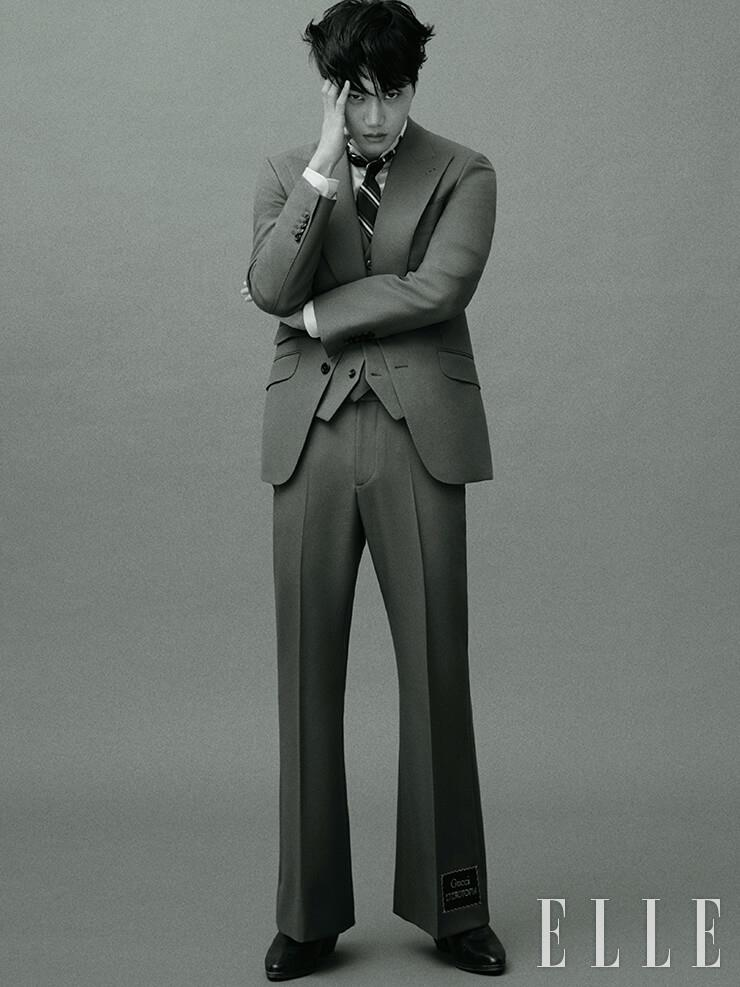 스리피스 수트와 코튼 셔츠, 스트라이프 패턴의 타이, 앵클부츠는 모두 Gucci.