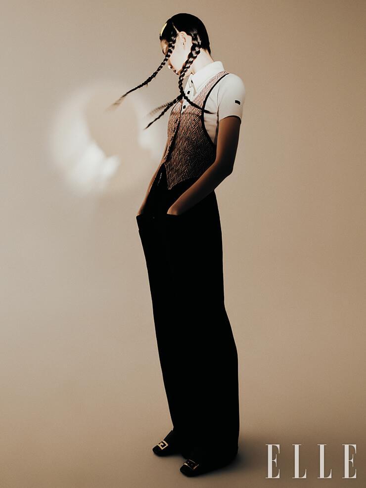 지그재그 패턴의 베스트와 와이드 칼라 셔츠, 하이웨이스트 팬츠는 가격 미정, 모두 Louis Vuitton. 슈즈는 가격 미정, Givenchy.