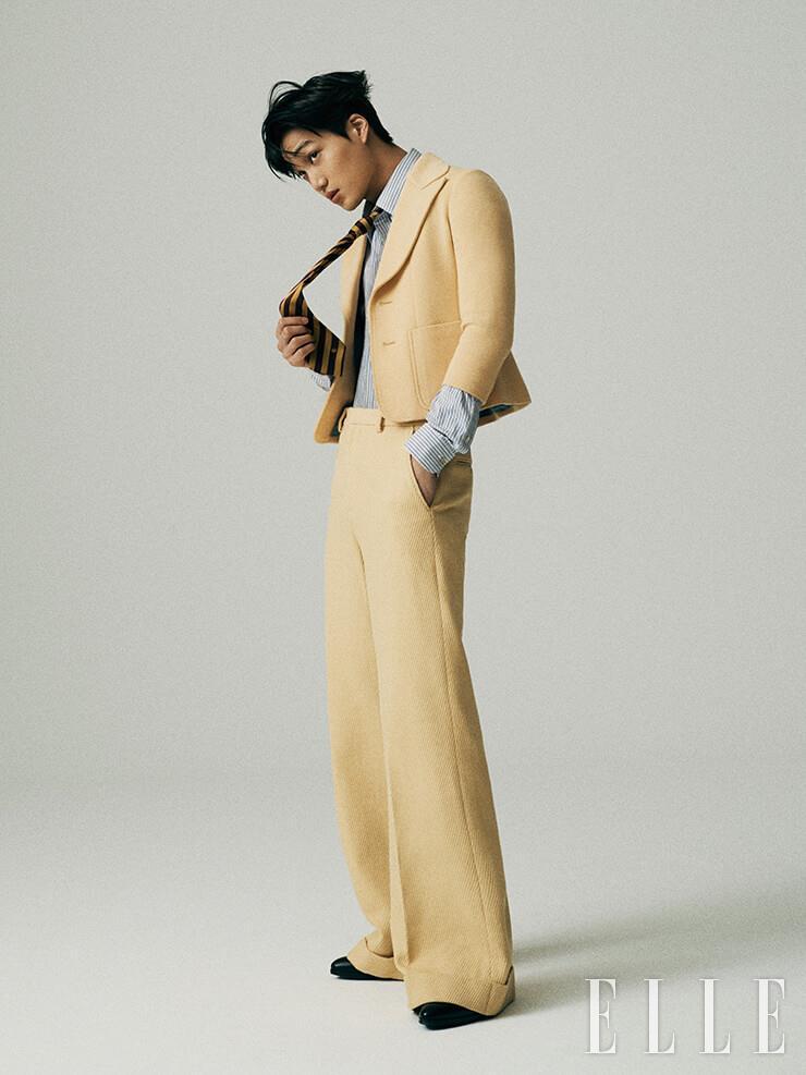 크롭트 재킷과 와이드 팬츠, 스트라이프 셔츠, 실크 타이, 부티는 모두 Gucci.