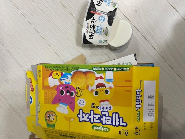 좌) 코팅된 종이 박스는 재활용이 안되지만 우) 종이팩류로 분류된 제품은 재활용이 가능해요