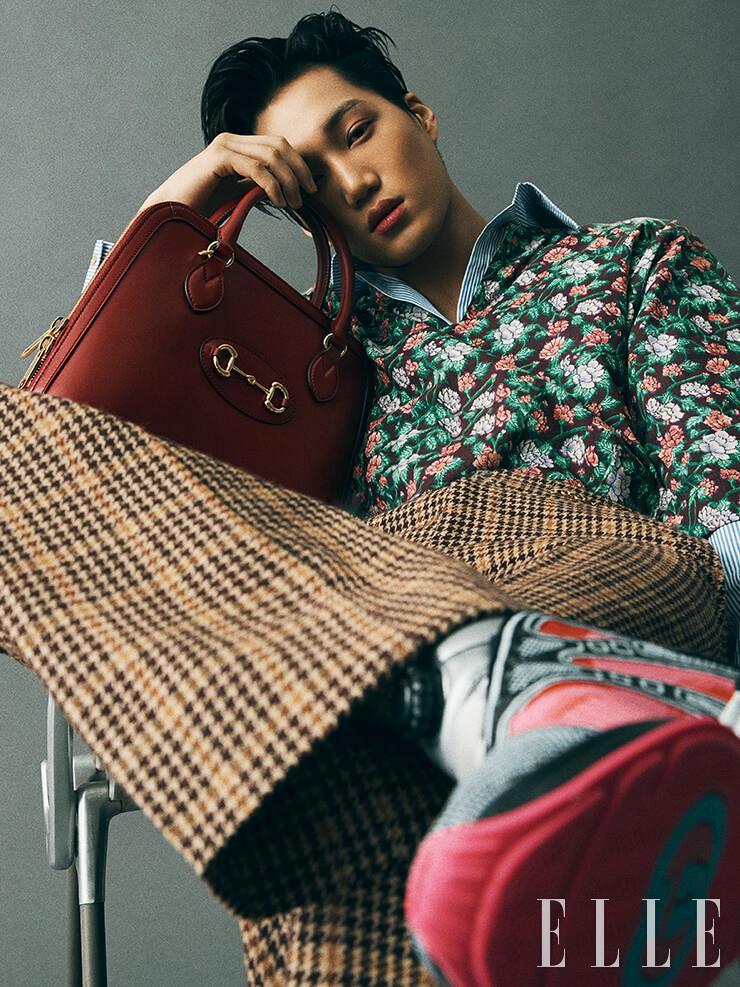 화려한 플로럴 프린트 톱과 스트라이프 셔츠, 하운즈투스 체크 팬츠, 네온 컬러의 스니커즈, 클래식한 1955 홀스빗 백은 모두 Gucci.