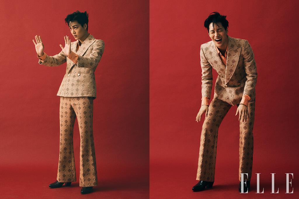 기하학적 패턴의 더블 브레스티드 수트와 비스코스 소재의 셔츠, 블랙 부티 힐은 모두 Gucci.