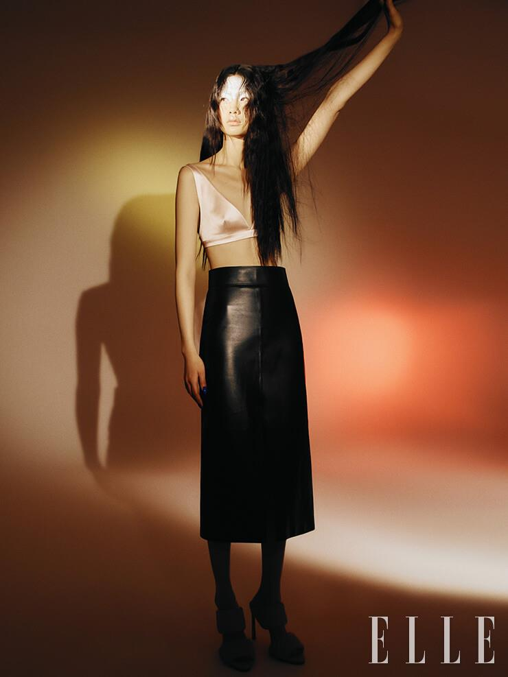 베이비 핑크 브라톱과 레더 미디스커트는 가격 미정, 모두 Givenchy. 펌프스 힐은 2백75만원, Bottega Veneta.